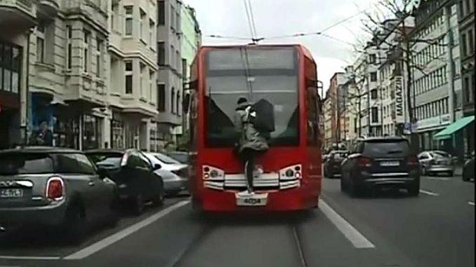 молодая опасная езда на трамвай в германии