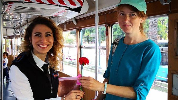 Überraschung für Mütter in der nostalgischen Straßenbahn