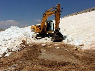 сняг на върха на планината Тавър в Мерсин