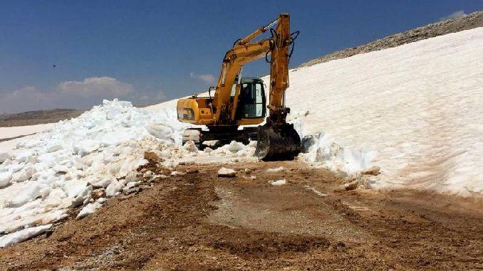 снег на вершине горы Телец в Мерсине