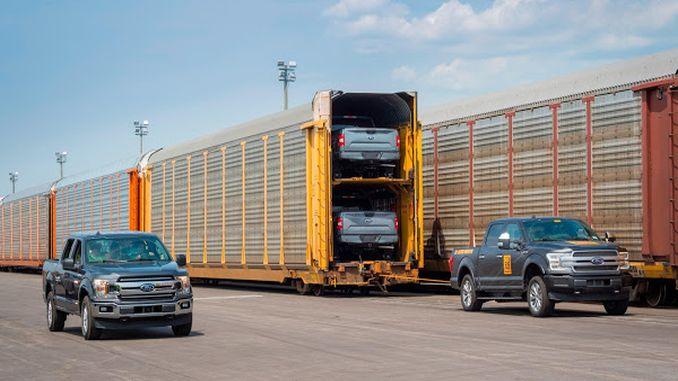 電気フォードfのピックアップトンは列車の貨車を引っ張ります