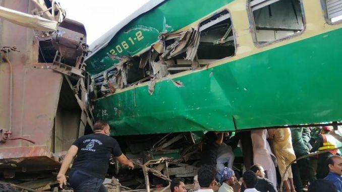 pakistanda iki tren carpisti olu yarali