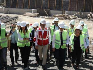 O presidente imamoglu besiktas fixo os exames na área de escavación do metro