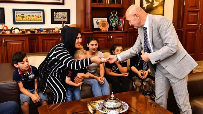the first child gave the cards to the president robbed