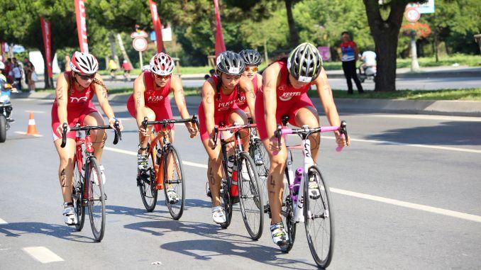 триатлон балқан чемпионатындағы түрік спортшыларының медалі