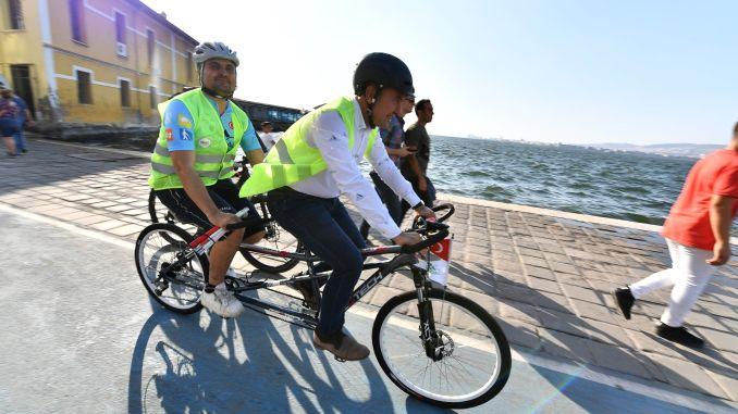 Президент Соєр педалює людей із вадами зору