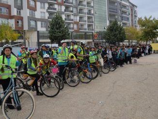 djeca idu u školu biciklom