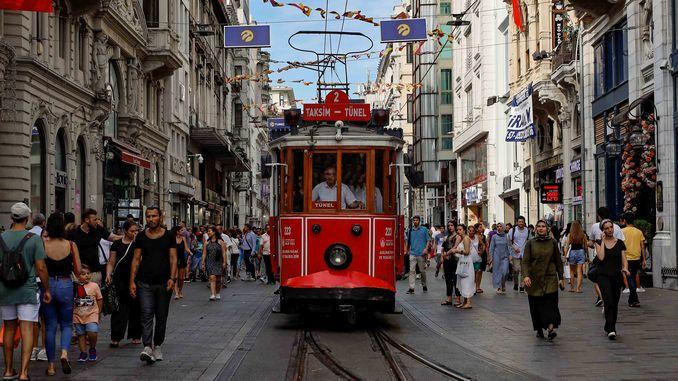 イスタンブールの歴史を旅するノスタルジックな路面電車