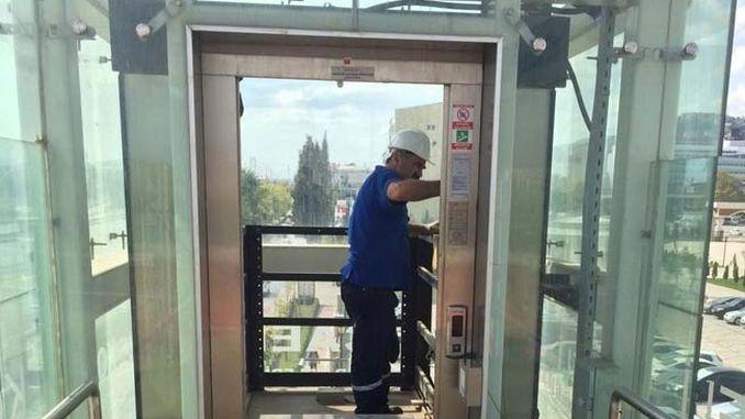 上部通路にあるエレベーターと歩行階段の定期的なメンテナンス