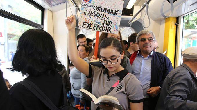 Студэнты Эскішэхіра, чытаючы кнігу, у трамваі падарылі гараджанам падарунак