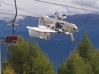 意大利的一架飞机挂在滑雪缆车的电线上