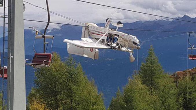 літак в Італії висить на дротах підйомника