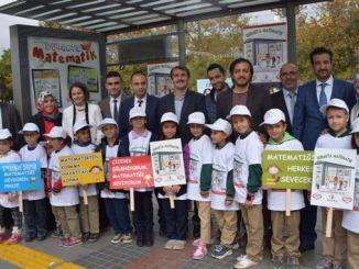 कोन्या मा प्राथमिक स्कूल को परियोजना को साथ स्टेशन मा प्रतीक्षा गरिरहेका नागरिकहरु गणित मन पर्छ