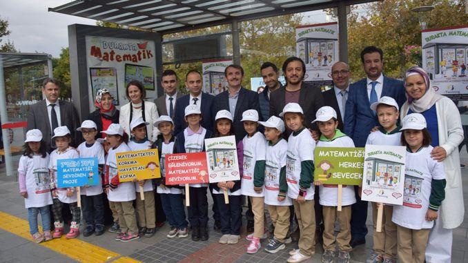 burgers wat op die stasie wag met die projek van die laerskool in Konya, sal van wiskunde hou