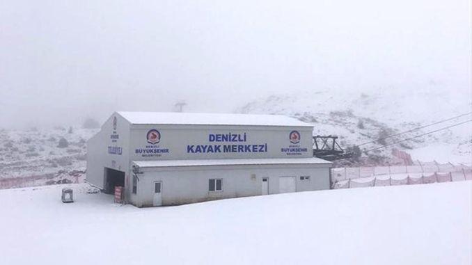 व्हाइट में लिपटी हुई डेनिज़ली स्की सेंटर