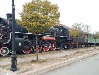 馬拉蒂亞列車上展示的蒸汽機車加林等待著遊客