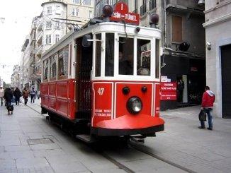 taksim sporvogn og kvinde istanbul