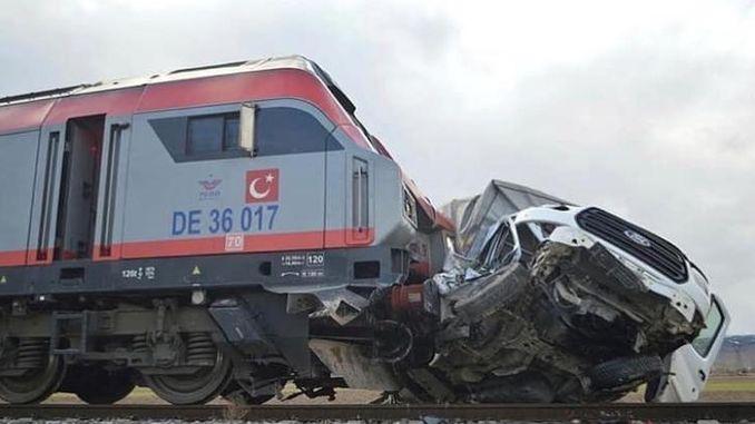 रेल अफीममा अवरोधहरू तोड्न भ्यानमा दुर्घटनाग्रस्त भयो