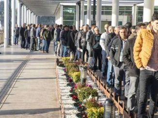 Ludzie zgłosili się na ogłoszenie dużego miasta Mersin