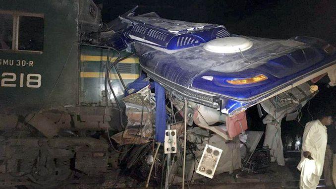 tog- og busspiller i Pakistan blir skadet