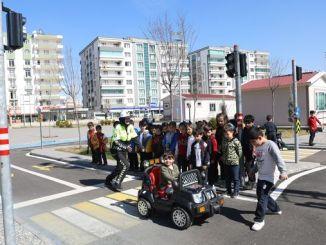 Η εκπαίδευση στην κυκλοφορία παρέχεται στα παιδιά στο πάρκο εκπαίδευσης της κυκλοφορίας