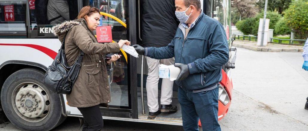 Izmirde Toplu Tasimada Ucretsiz Maske Dagitımi Basladi