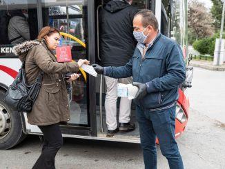 La distribución gratuita de máscaras comenzó en el transporte público en Izmir