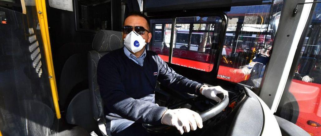 Na vozidlech veřejné dopravy v Izmiru je zakázáno jezdit bez masky.