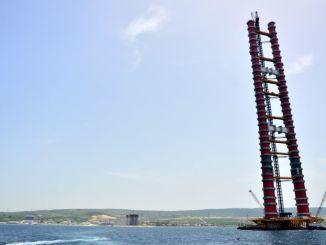 カナッカレ橋の鉄塔塔が完成