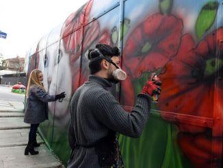 zidurile cenușii ale capitalei sunt colorate cu atingerile pictorilor