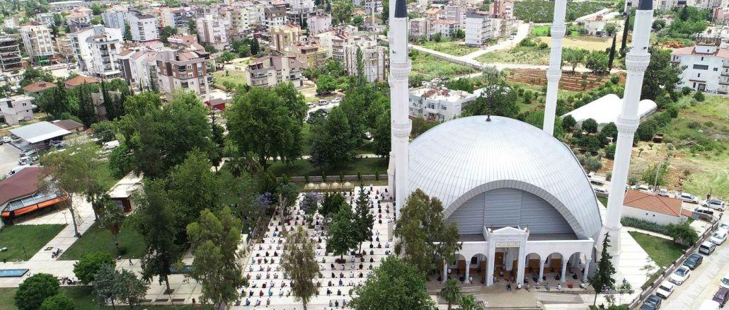 מסגדים בדוסמאליטין נפתחו לסגידה בתפילת יום שישי