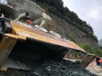 Lori pemindahan tanah terbalik semasa pembinaan terowong kereta api berkelajuan tinggi