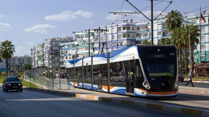 Die öffentlichen Verkehrsmittel zu den Eltern mit dem Schüler, der die Prüfung in Antalya ablegen wird, sind kostenlos