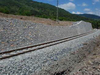 βελτίωση του πέτρινου τοίχου και του δρόμου στη γραμμή diyarbakir kurtalan