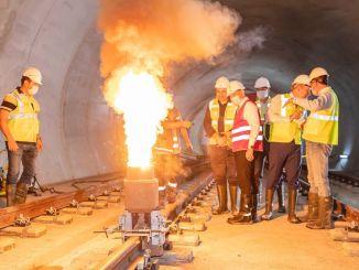 Presiden lasan rel pertama di jalur metro Narlidere dibuat
