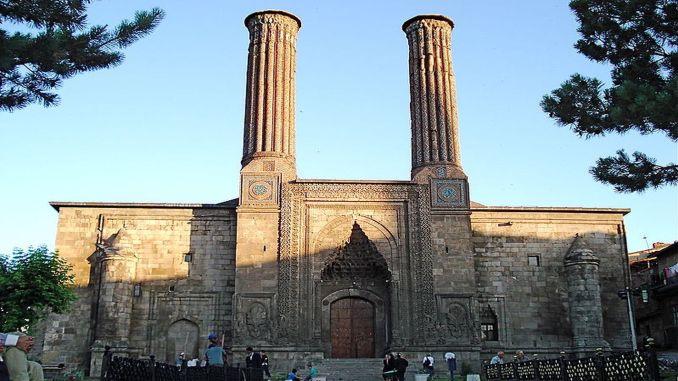 Kus asub topelt minarett madrasah, ajaloolised ja arhitektuurilised omadused