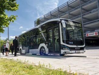 éves elektromos busz tapasztalat a maninban, amelyet autóipari márkaverseny dizájnjal koronáztak