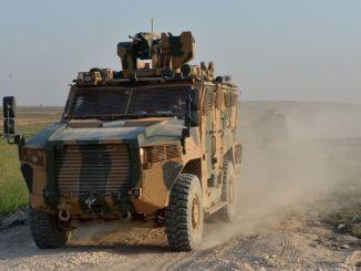 Dodávka obrneného vozidla, ktoré zasiahlo turecké ozbrojené sily, pokračuje