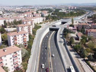 터키 적신 월사 거리의 교량 교차로가 통행 가능