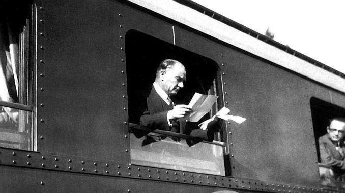 Eisenbahnen feiern den 97. Jahrestag der Republik mit Stolz und Ehre