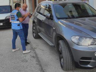 Er is een strafrechtelijke procedure gelanceerd voor de eigenaren van een privévoertuig dat het fietspad in Kordon oprijdt
