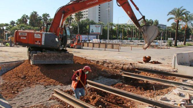 نظام السكك الحديدية في انطاليا يعمل عند تقاطع الجرف