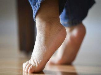 Причину хождения на кончиках пальцев у детей обязательно нужно выяснить.