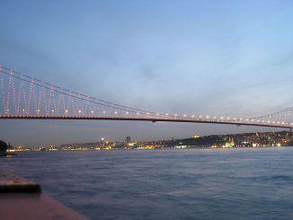 Kalung pertama Istanbul Bosphorus, July Martyrs Bridge