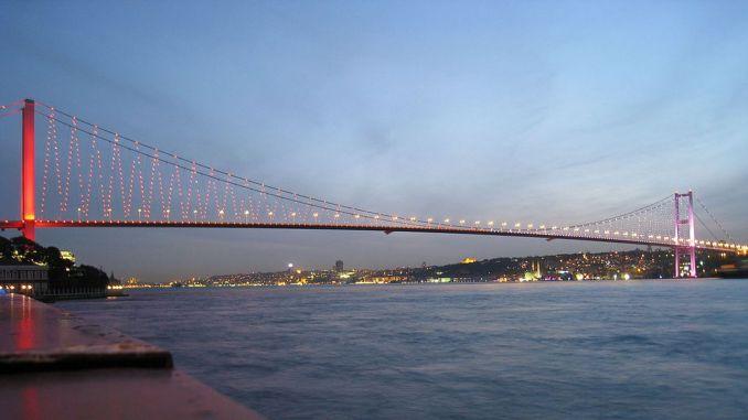 השרשרת הראשונה של גשר חללי יולי באיסטנבול