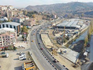 De kruising van de Haskoy-brug beweegt op volle snelheid
