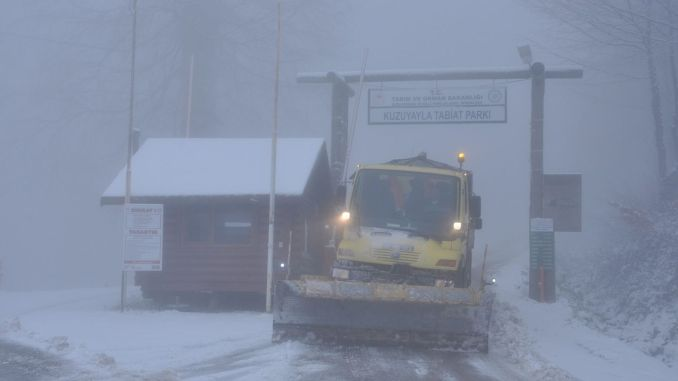Snow teams keep the Kartepe summit road open all the time