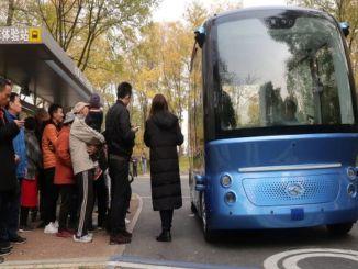 جن کی پہلی ڈرائیور لیس کمرشل بس مسافروں کو لے جانے لگی