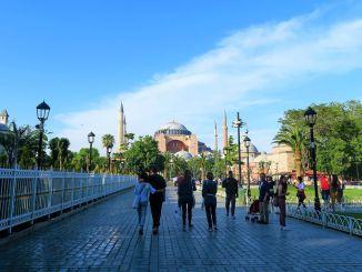 the number of tourists in Istanbul decreased annually