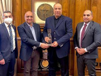 Tumatanggap ang arkas Egypt ng star award mula sa maersk line
